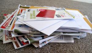 stos wydrukowanych katalogów reklamowych