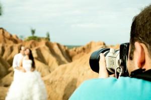 fotograf ślubny wykonujący zdjęcie