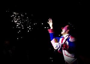 iluzjonista wykonujący pokaz magii