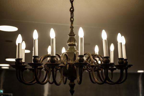 Jakie oświetlenie wybrać do salonu?