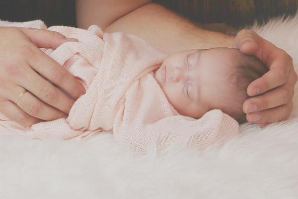 Kolorowy elastyczny otulacz dla niemowlaka