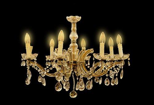 Złota lampa sufitowa idealnym dodatkiem aranżacyjnym